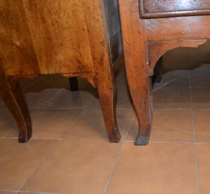 Comò e comodini con gambe a sciabola in legno di noce massello ART COM 02