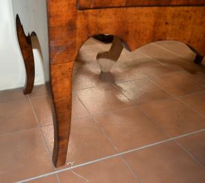 Comò a due cassetti sagomato lastronato in legno antico ART COM 18