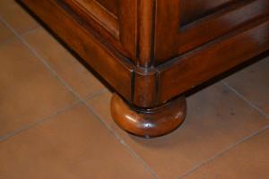 Comò e comodini in legno di noce nazinale massello con gambe a cipolla ART COM 17