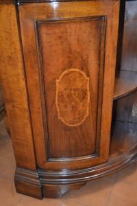 Vetrina ad anoglo con vetro curvo e porte in noce ANG 26