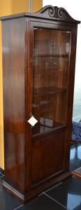One-door display cabinet with decorative curl