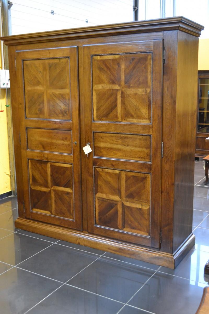 Armadio a 2 porte in noce e pannelli antichi livio - Mobili d arte ...