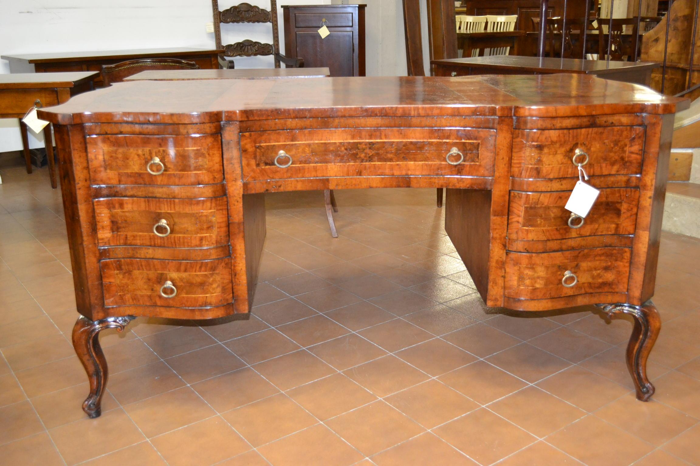 Scrivania sagomata in radica di noce livio bernardi mobili mobili d 39 arte artigianali in legno - Mobili in radica di noce ...