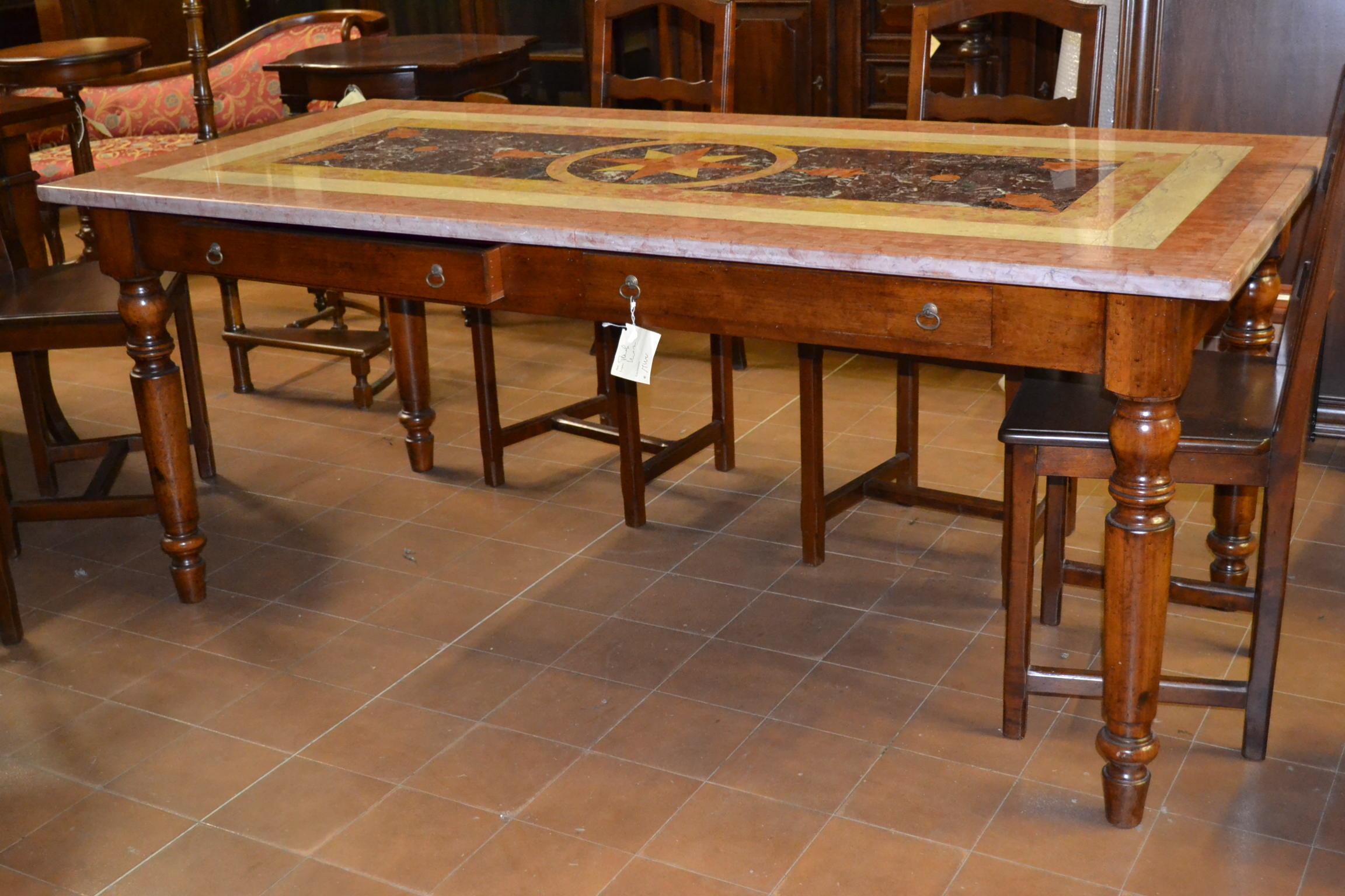 Tavolo noce con piano in marmo livio bernardi mobili for Tavolo legno piano marmo